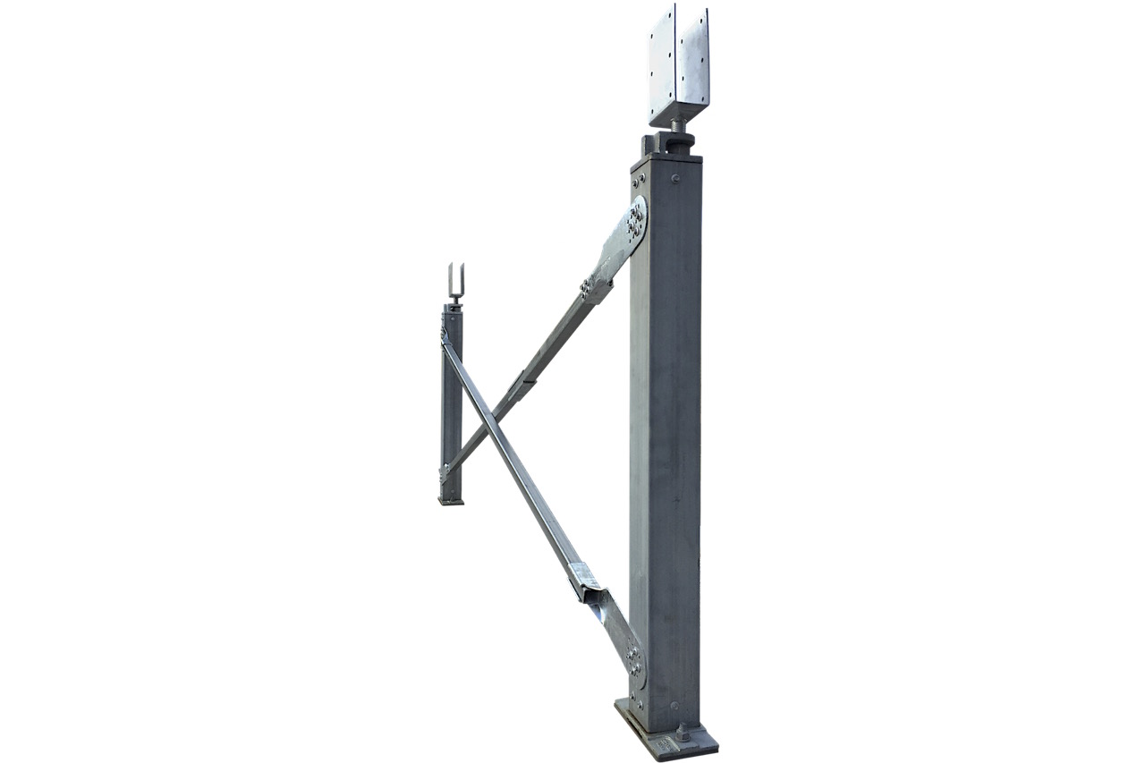 Ezibrace cross bracing and Ezipier Adjustable pier heads above the SHS posts, and Ezipier bases.